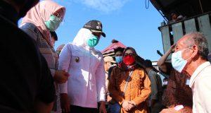 Wawako Palembang dan BAZNAS saat mengunjungi rumah reyot milik warga Jalan Aiptu Wahab Lorong Sawah Kelurahan Tuan Kentang Kecamatan Jakabaring, Komarudin (77)
