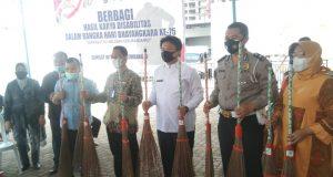 Samsat Palembang IV Bersama Rumah Disabilitas Sriwijaya Bagikan Kerajinan Sapu Lidi