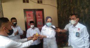 DPD Projo Sumatera Selatan melakukan memberikan bantuan bagi warga terdampak Covid-19 dan panti Asuhan di Palembang, Selasa (31/8).