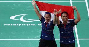 Selebrasi Leani Ratri Oktila/Hary Susanto usai meraih emas cabor para-badminton nomor ganda campuran SL3-SU5 pada Paralimpiade Tokyo 2020, Minggu (5/9)